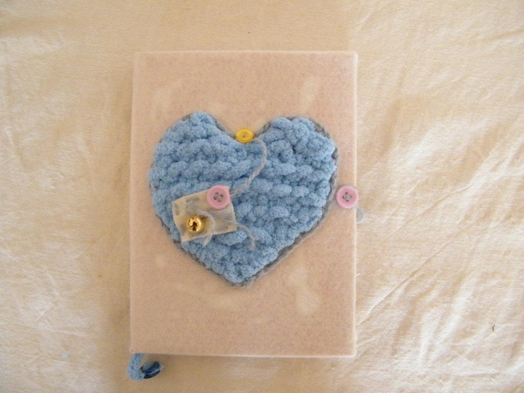 Agenda decorata con cuore di  lana e pannolenci
