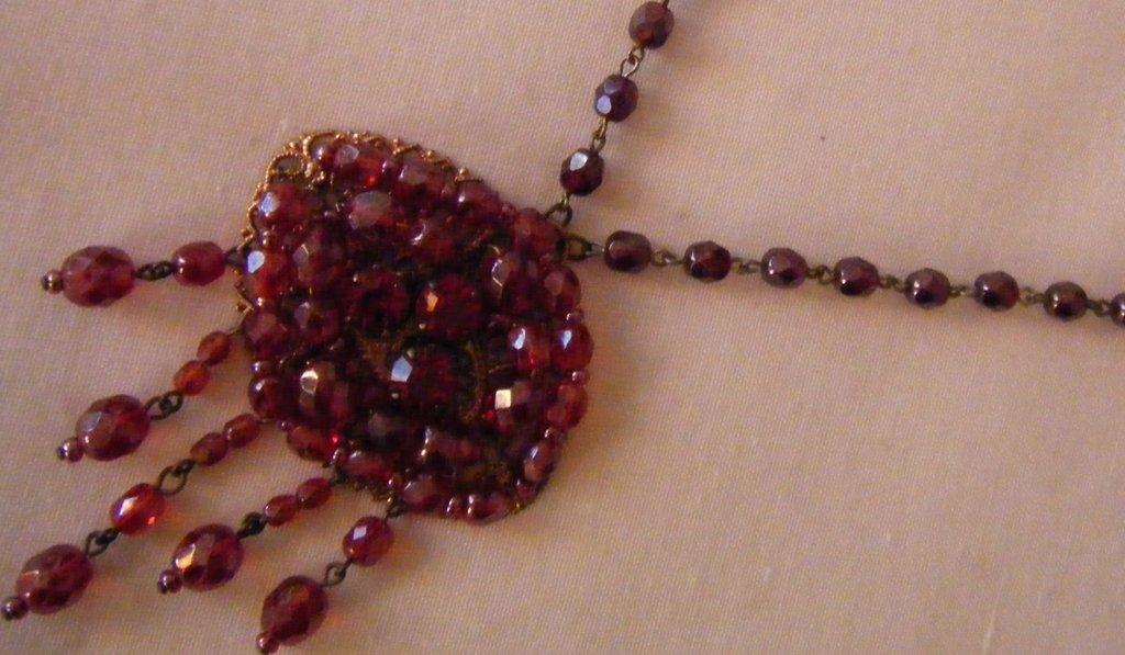 collana modello rosario con ciondolo grande in mezzo cristallo viola,rosso  e rosa,fatta a mano