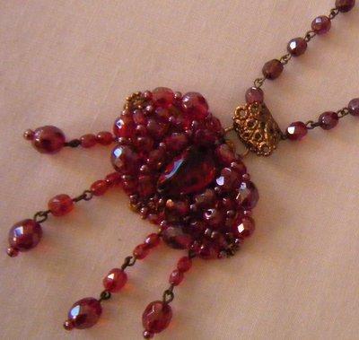 collana modello rosario con ciondolo grande in mezzo cristallo rosso,fatta a mano