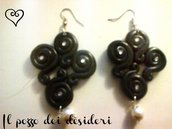 Orecchini ghirigori color nero fimo e perline