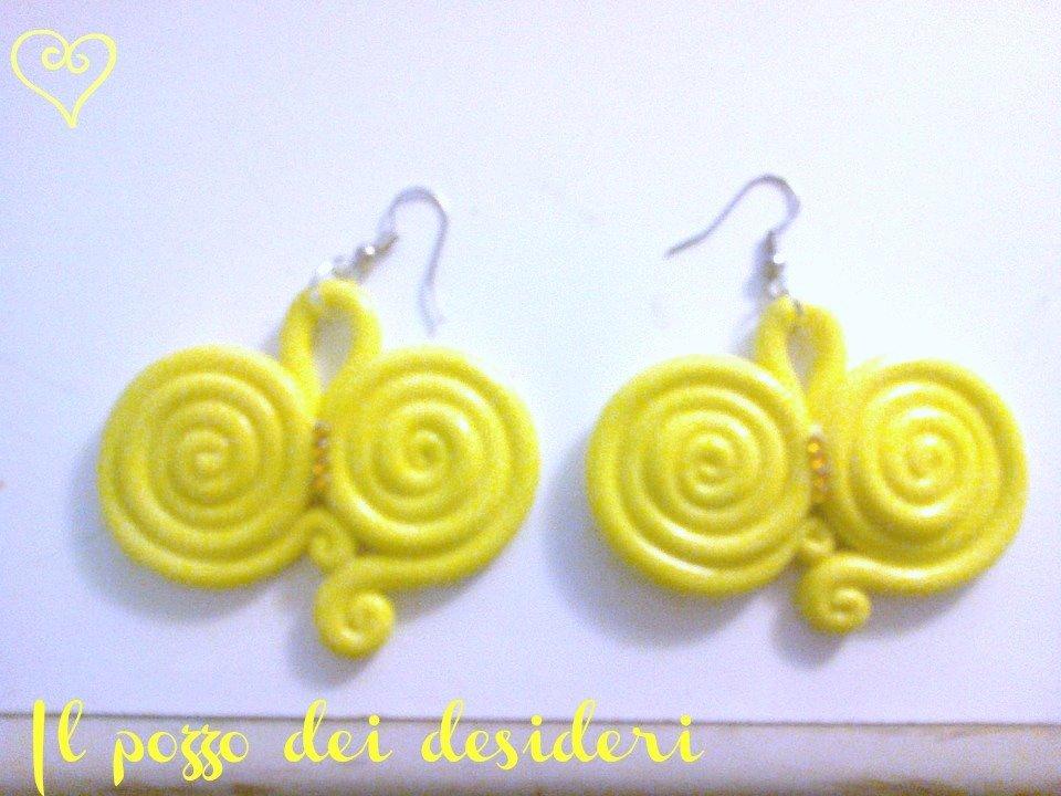 Orecchini ghirigori color giallo fimo e strass