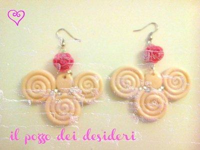 Orecchini ghirigori color rosa fimo e strass