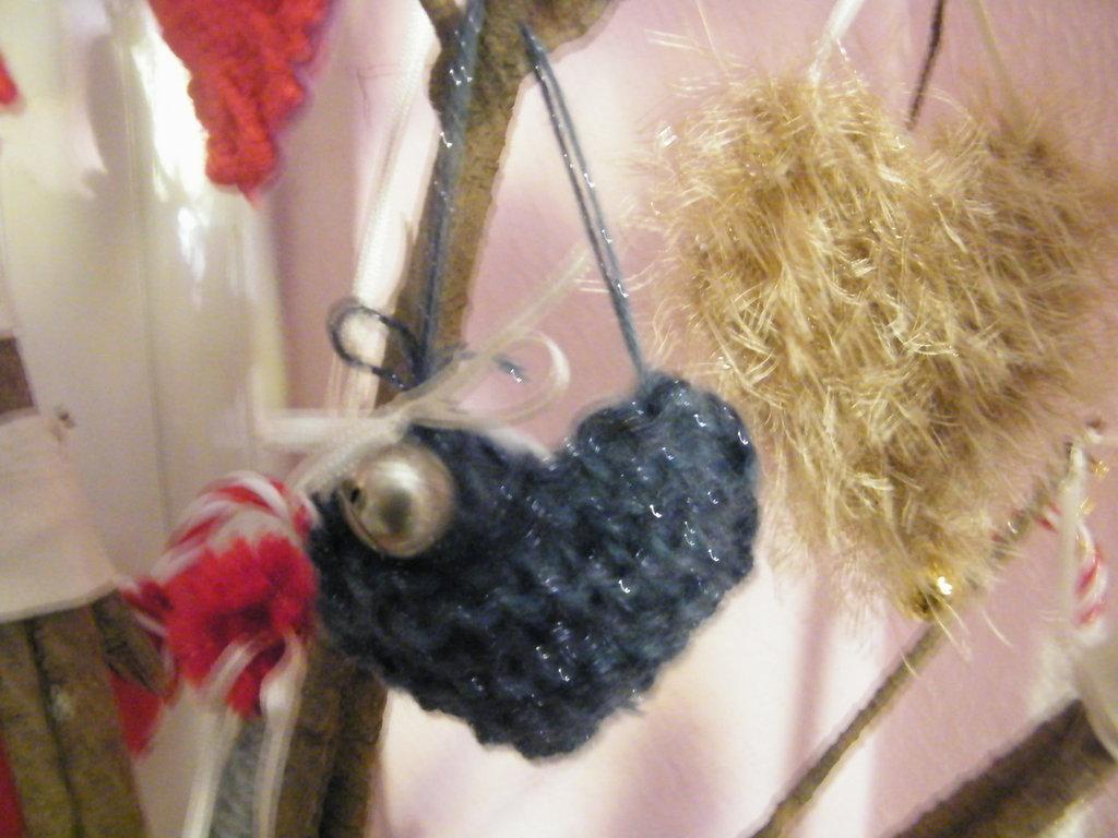 Cuori di lana rossi e grigi