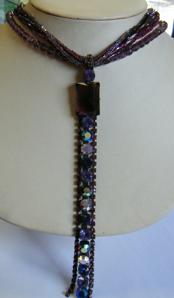 collana girocollo con conteria ,mezzo cristallo e pendente con strass viola,fatta a mano