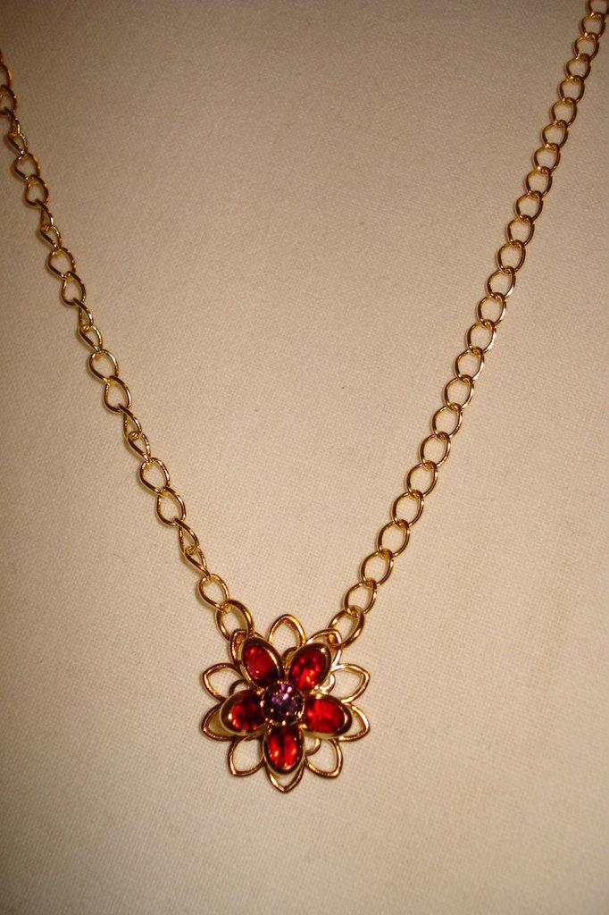 collana dorata con filigrana swarovski a forma di fiore