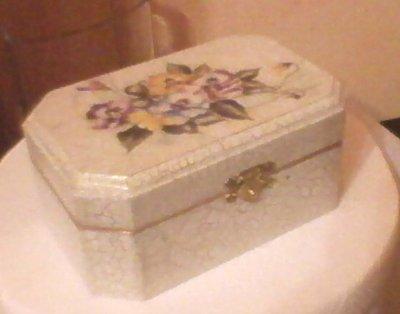 portagioie in legno con decoro floreale