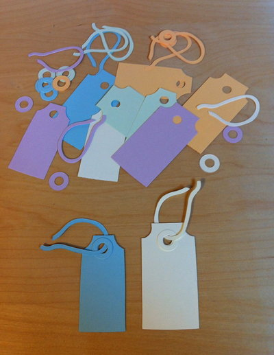 Tag due misure e nastrino in cartoncino fustellato - abbellimenti