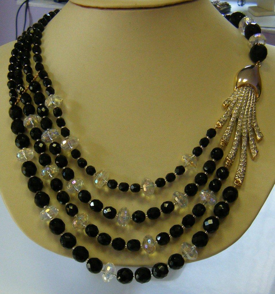 collana girocollo a 4 giri con mezzo cristallo nero ,cristallo bianco ,grande centrale con strass e chiusura in argento dorato,fatta a mano