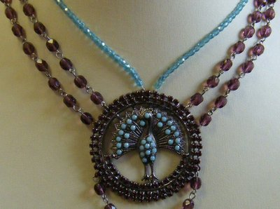 collana girocollo con mezzo cristallo viola e azzurro e centrale con pavone e strass