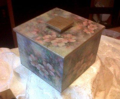 portagioie in legno con decoro fiori