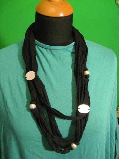 Collana nera in fettuccia con decorazioni madreperla