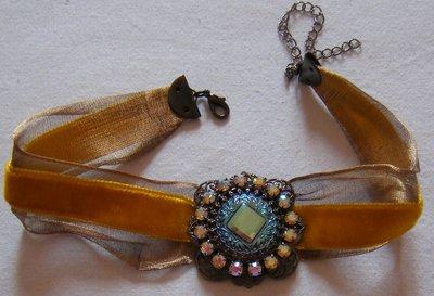 collana collarino con cordini e ciondolo centrale con strass