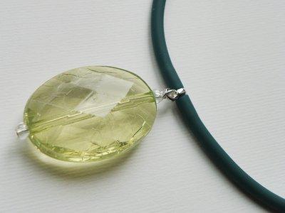 girocollo in caucciù verde con medaglione trasparente