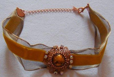 collana collarino con cordini in velluto e organza e ciondolo centrale con strass