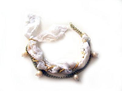Bracciale catena oro e macramè bianco