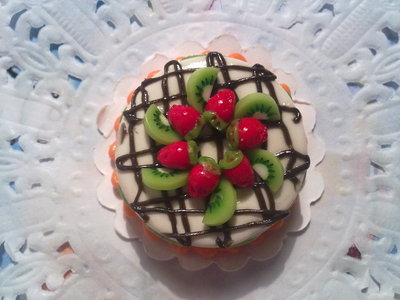 Miniatura torta rotonda con fragole e kiwi