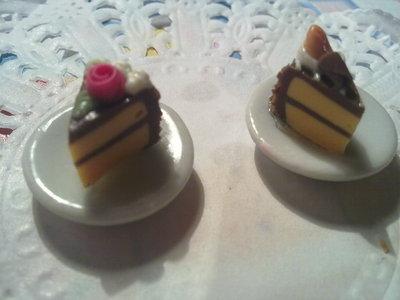 Fettina di torta cioccolato su piattino