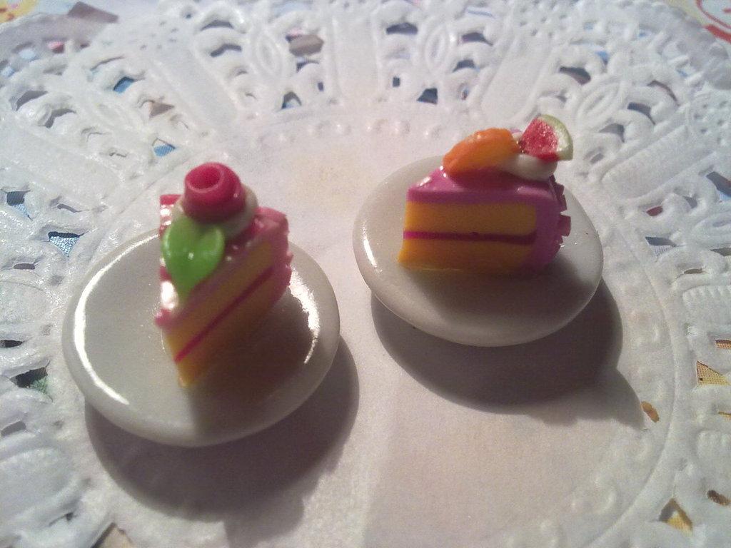 Fettina di torta rosa su piattino