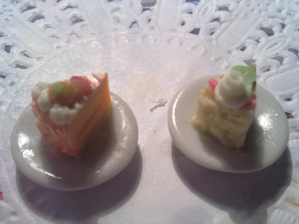 Fettine di torta su piattino