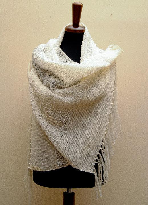 Stola, tessuta con telaio a mano,  in pura lana avorio con piccoli fiocchi
