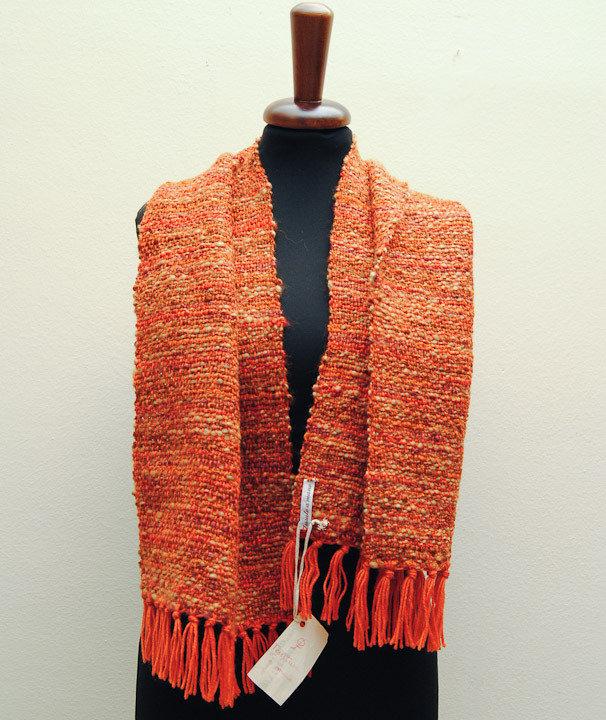 """Sciarpa, tessuta con telaio a mano,  rossa ed arancione """"MAYA"""" - capo unico"""