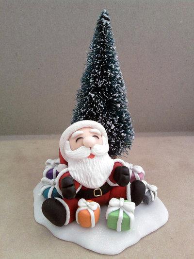 Babbo Natale con albero e regali fimo