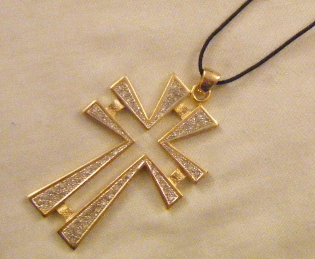 collana con cordino nero e ciondolo croce in metallo dorato e strassswarovski