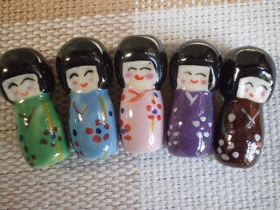 5 Perline Bambole Kokeshi in Porcellana 5 Colori