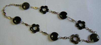 collana lunga con perle in resina e distanziatori in metallo colore argento