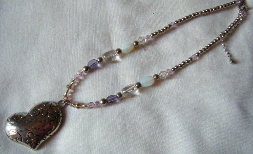collana con perline e ciondolo cuore in metallo