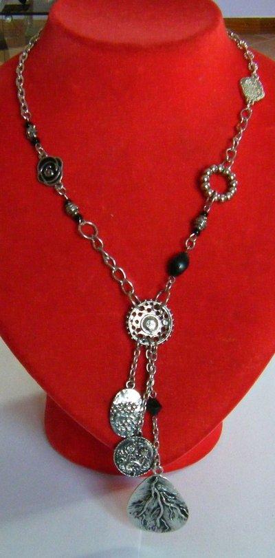 collana concatena ,perle,charms,centrale e pendenti in metallo colore argento