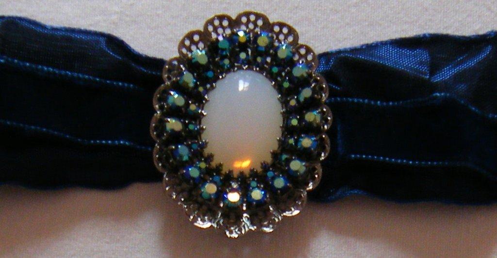 collana ,collarino con cordini in velluto  e centrale con strass