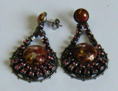 orecchini pendenti in metallo e strass