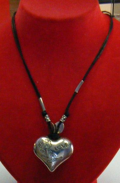 collana con cordini neri e ciondolo cuore