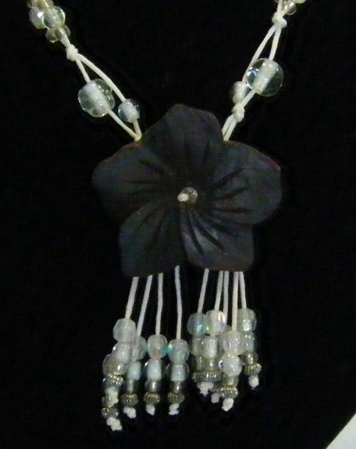 collana  con cordini bianchi ,perline cristall  e ciondolo fiore in legno