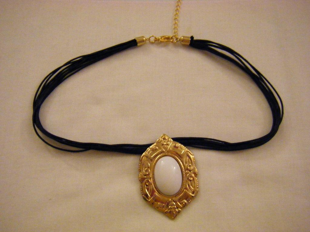 collana con cordini neri [8] e ciondolo in metallo dorato e cabochon