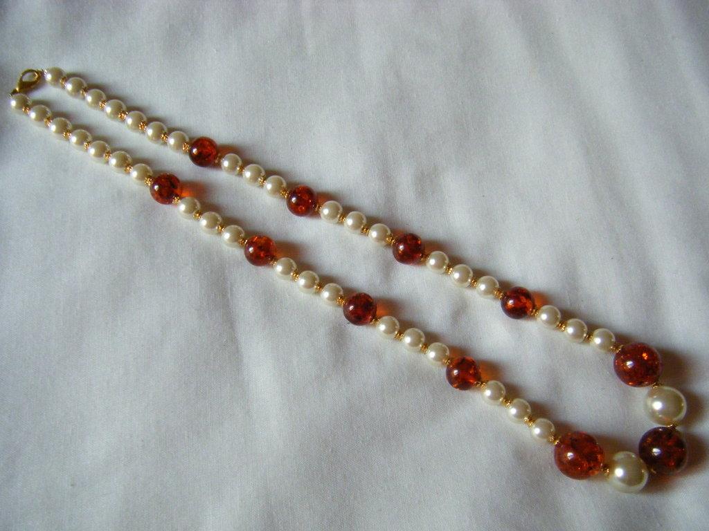 collana lunga con perle bianche e ambra sintetica