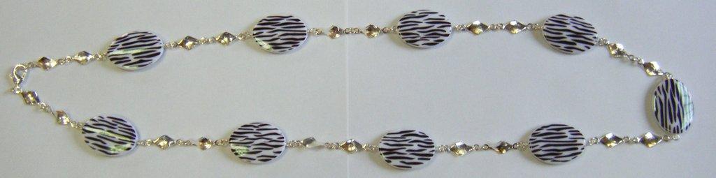 collana con distanziatori colore argento e perle in resina
