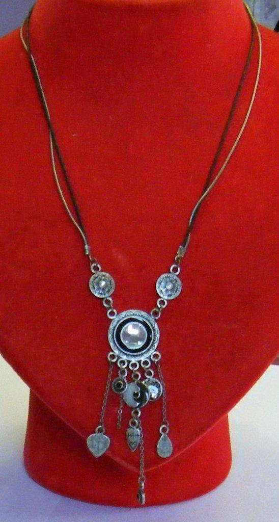 collana con cordino nero ,catena ,centrale e pendenti