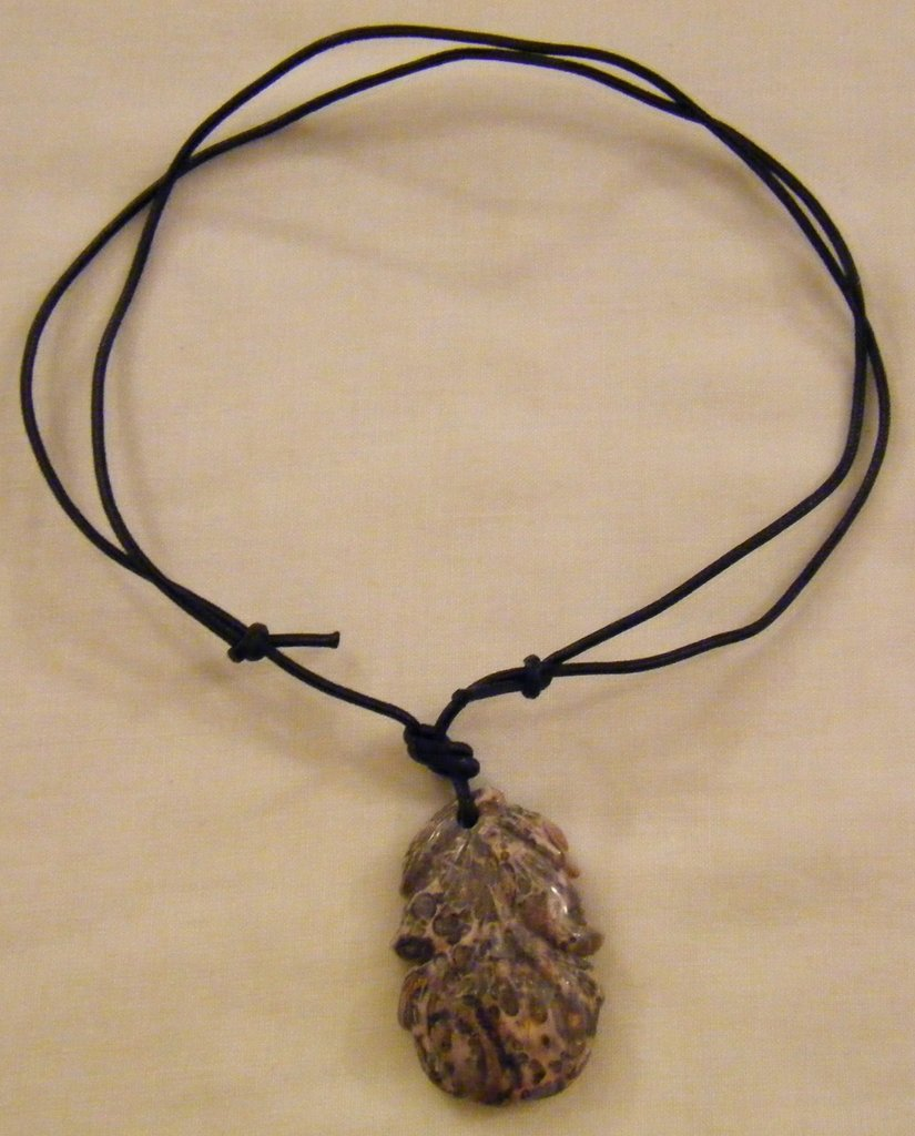 collana con cordino nero e ciondolo in pietra  dura agata
