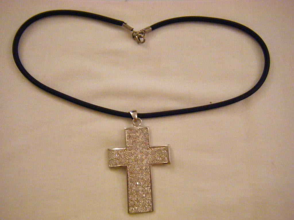 collana con cordino in cauciu e ciondolo croce con strass swarovski