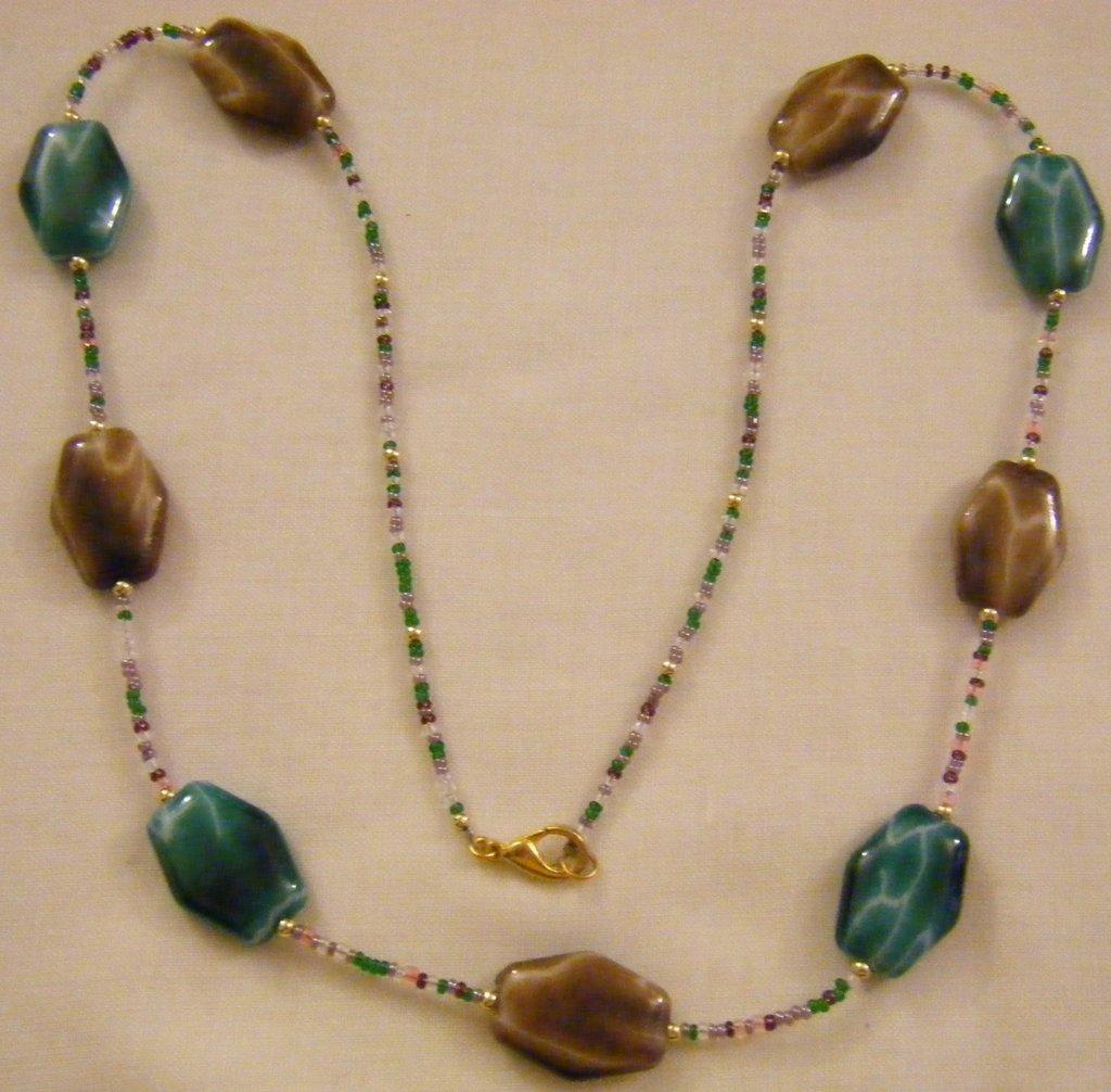 collana lunga con perle in resina e conteria