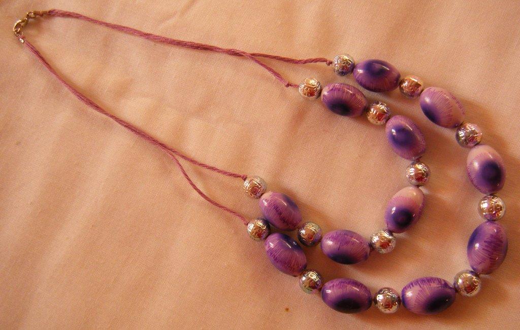 collana a 2 giri con cordini viola e perle in resina