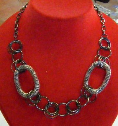 collana girocollo con catena in metallo