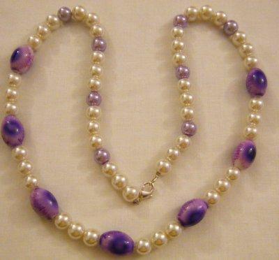 collana lunga con perle bianche e viola in vetro e resina
