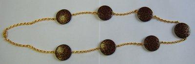 collana lunga con distanziatori in metallo dorato e perle in resina