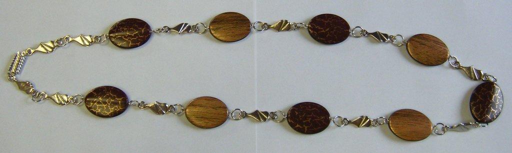 collana lunga con distanziatori in metallo  e perle in resina