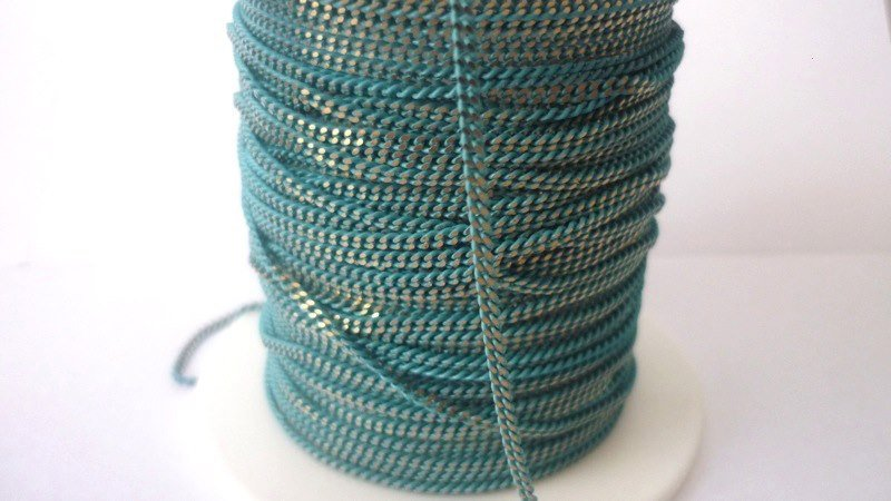 Catenina,Enamel coated chain, maglia piatta.  Colore: turchese/dorato.  Link da 1,5 mm  2,90 euro/metro