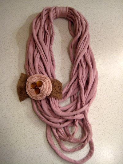 Collana rosa antico con fiocco in pizzo e coccarda