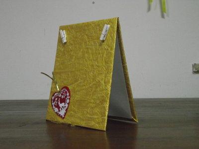 Portafoto in carta oro con mollette e cuore